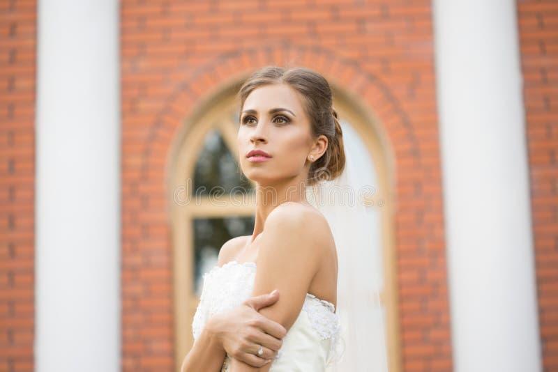 Портрет красивой невесты в парке стоковые фото