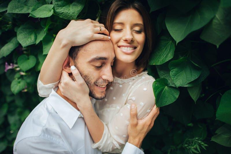 Портрет красивой невесты обнимая ее красивый groom outdoors стоковое фото