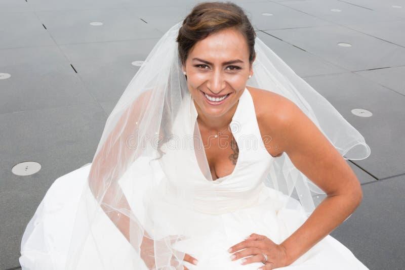 Портрет красивой невесты представляя в ее дне свадьбы стоковая фотография rf