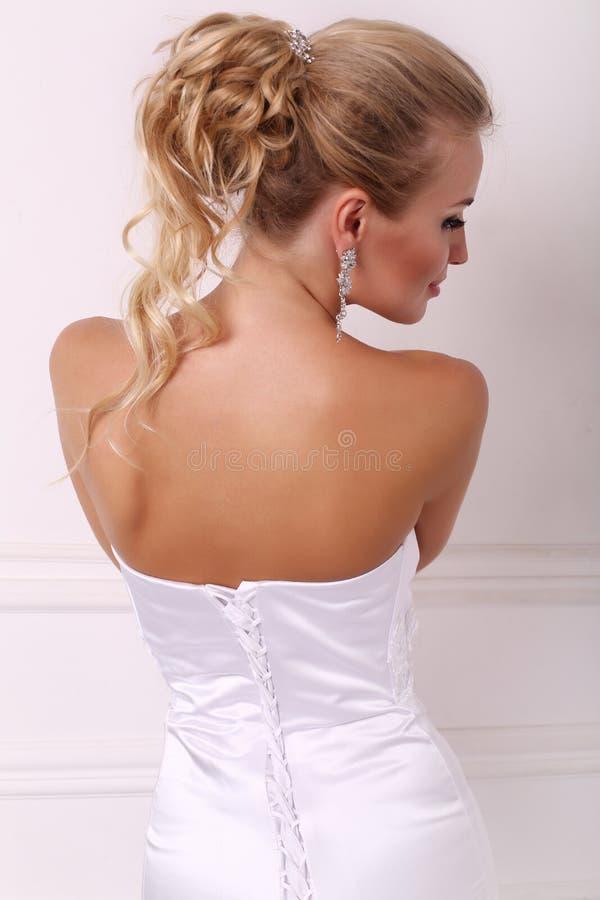 Портрет красивой невесты с элегантным стилем причёсок стоковые изображения