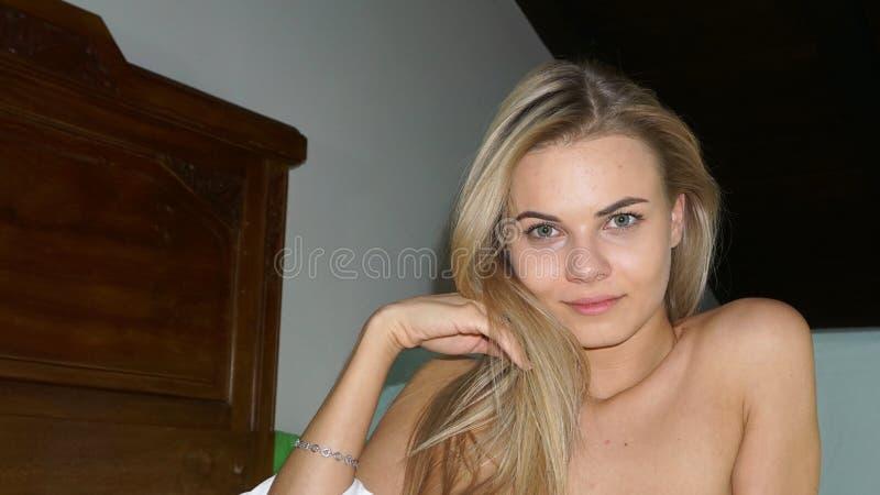 Портрет красивой обнаженной девушки стоковое фото rf