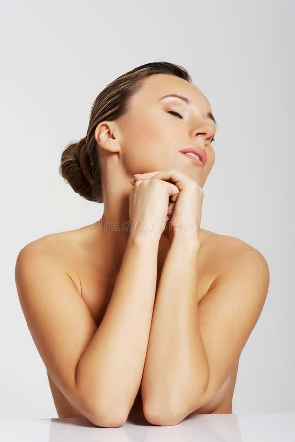 Портрет красивой обнажённой женщины. Отрежьте вне. стоковые фото