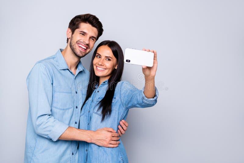 Портрет красивой очаровательной очаровательной веселой нежной милой очаровательной пары, держащейся в клетке стоковое фото