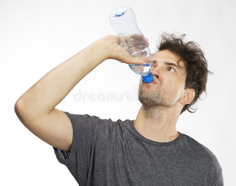 Портрет красивой питьевой воды человека На белизне стоковая фотография rf