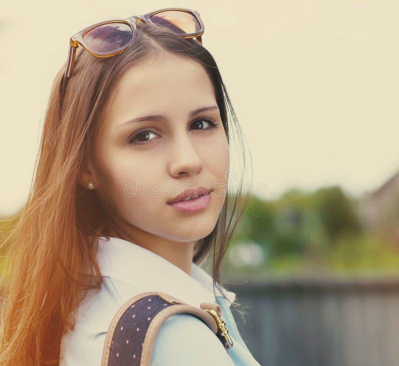 Портрет красивой предназначенной для подростков девушки в свете захода солнца стоковая фотография