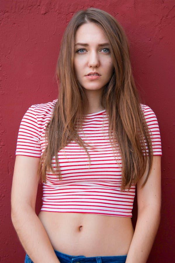 Портрет красивой предназначенной для подростков девушки на улице стоковое изображение rf