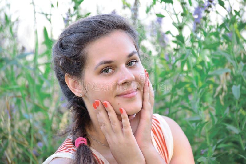 Портрет красивой русской девушки в голубых wildflowers стоковые фотографии rf