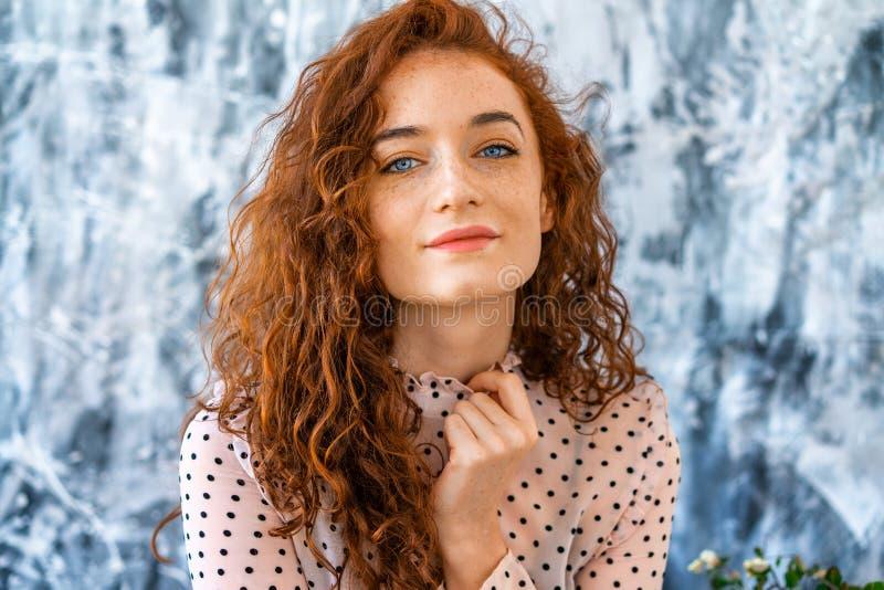 Портрет красивой рыжеволосой девушки со счастливым выражением стоковая фотография