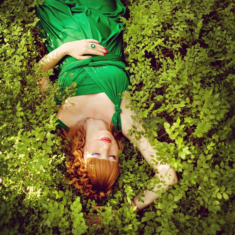 Портрет красивой рыжеволосой беременной девушки в зеленые dres стоковая фотография rf