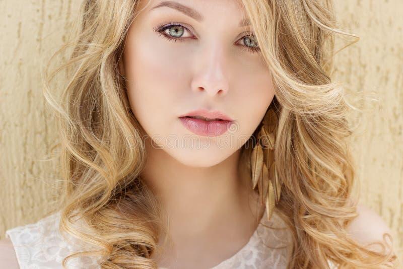 Портрет красивой сексуальной усмехаясь счастливой девушки с большими полными губами с светлыми волосами в белом платье на солнечн стоковое изображение rf