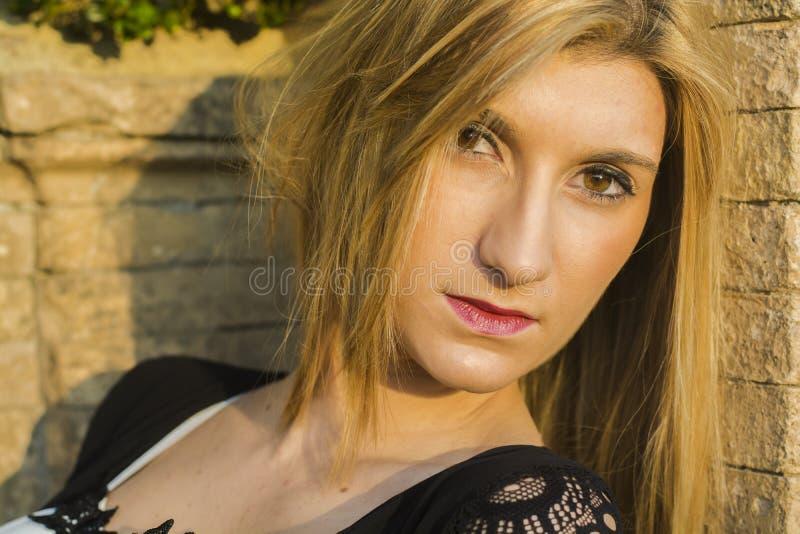 Портрет красивой сексуальной усмехаясь счастливой девушки с большими полными губами с светлыми волосами в белом платье на солнечн стоковая фотография