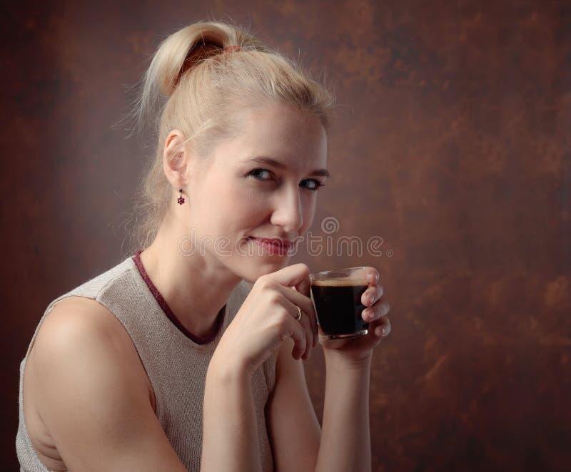 Портрет красивой средней женщины возраста с чашкой кофе стоковые фотографии rf