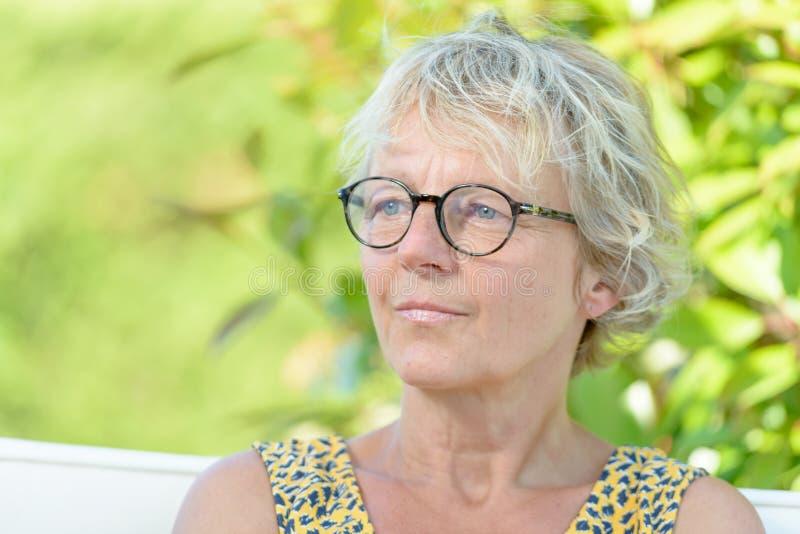 Портрет красивой средн-постаретой женщины стоковая фотография rf