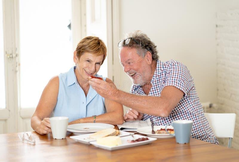 Портрет красивой старшей пары имея завтрак совместно стоковое изображение