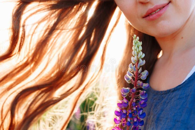 Портрет красивой стороны молодой женщины с цветками Женщина брюнет с роскошным естественным составом совершенная кожа ресницы стоковая фотография rf