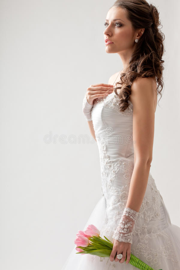 Портрет красивой студии невесты длинной с полу стоковое фото rf