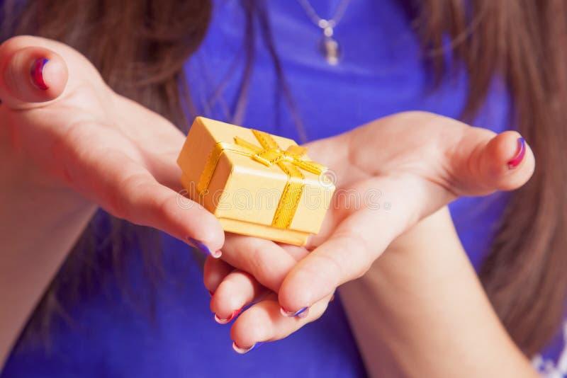 Портрет красивой счастливой женщины с подарочной коробкой r стоковые фото