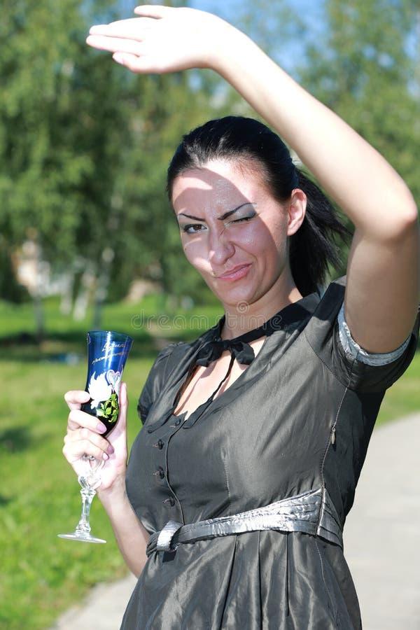 Портрет красивой темн-с волосами девушки усмехаясь с стеклом и стоковое изображение rf