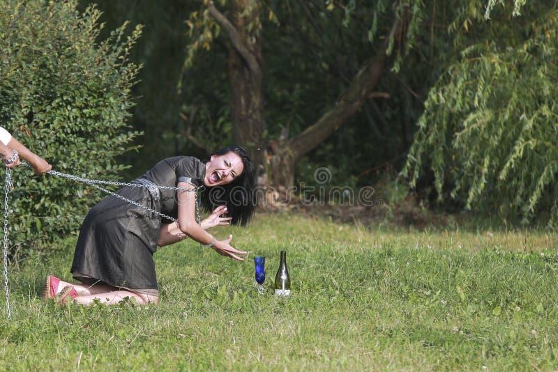 Портрет красивой темн-с волосами девушки усмехаясь с стеклом и стоковое фото rf