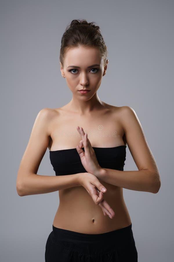 Портрет красивой тонкой йоги приниманнсяой за девушкой стоковые изображения rf