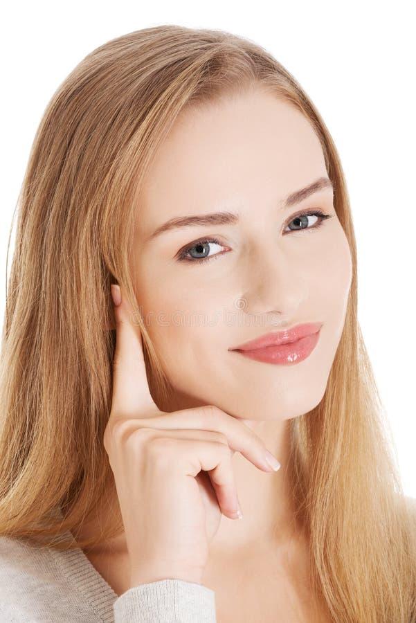 Портрет красивой усмехаясь женщины при ее палец касаясь ей стоковые фотографии rf
