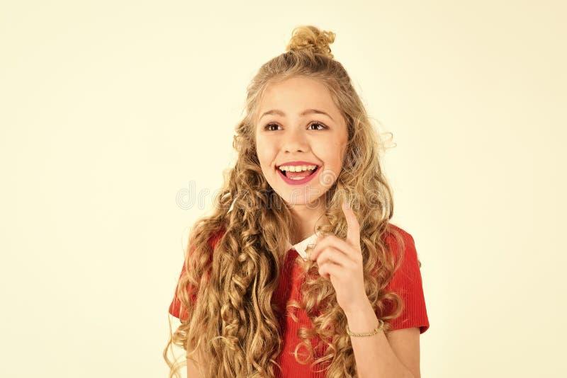 Портрет красивой усмехаясь маленькой девочки с концом вьющиеся волосы вверх, изолированный на белой предпосылке, космос экземпляр стоковые изображения rf