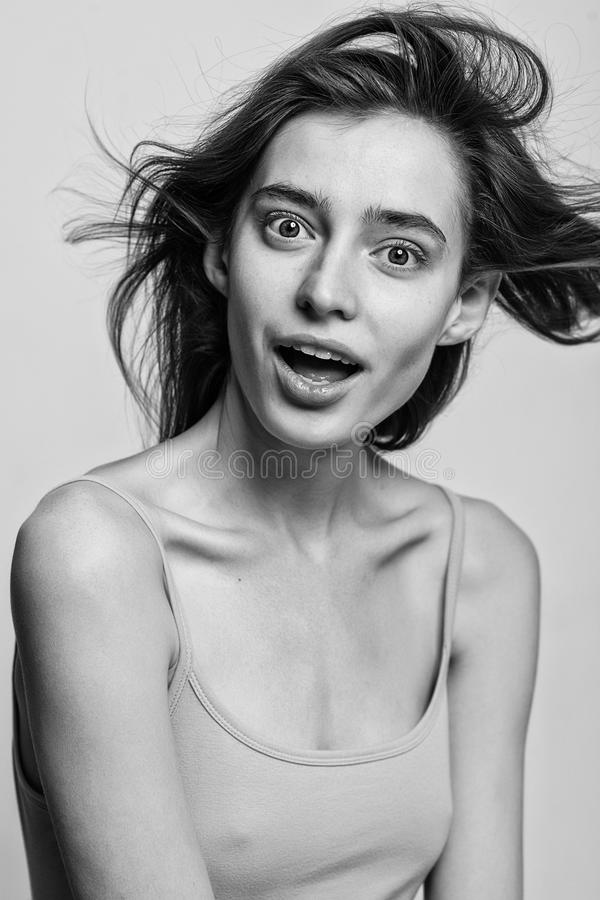 Портрет красивой фотомодели представляя над серой предпосылкой стоковая фотография rf