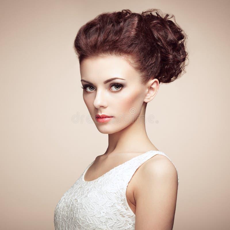Портрет красивой чувственной женщины с элегантным стилем причёсок.  В стоковое изображение