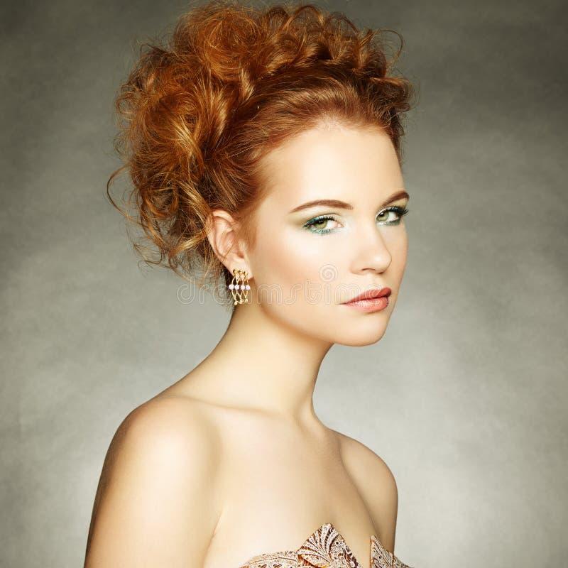 Портрет красивой чувственной женщины с элегантным стилем причёсок стоковое фото rf