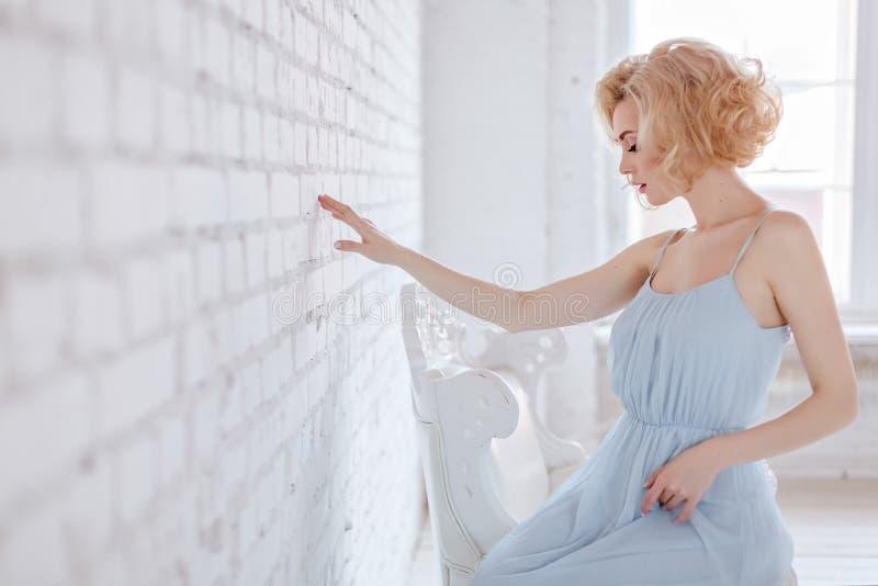 Портрет красивой чувственной и сексуальной белокурой девушки в голубом d стоковое фото rf