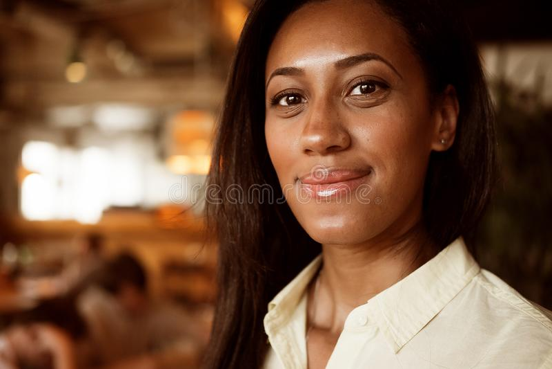 Портрет красивый молодой Афро-американский усмехаться женщины Концепция образа жизни стоковая фотография
