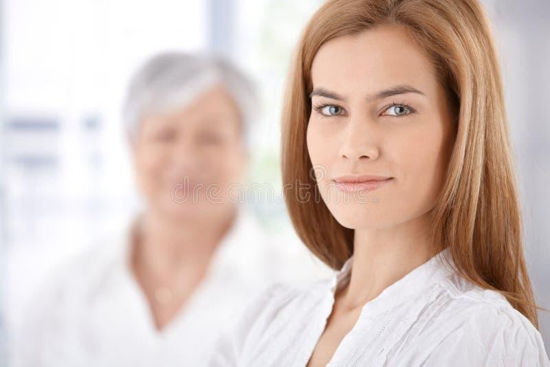 Портрет красивый усмехаться молодой женщины стоковое фото