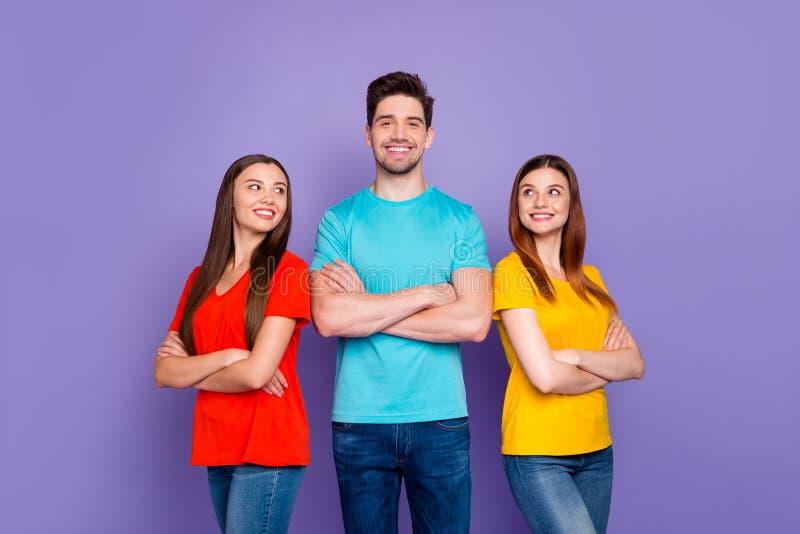 Портрет красивых красивых веселых радостных радостных успешных контент-парней в красочных футболках джинсы denim стоковая фотография