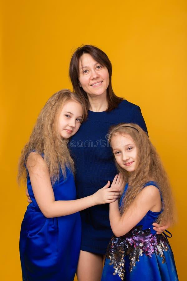 Портрет красивых девушек в сини одевает на желтом backgrou стоковое изображение rf