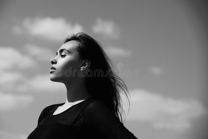 Портрет красивых женщины или маленькой девочки, солнечного голубого неба стоковые изображения rf