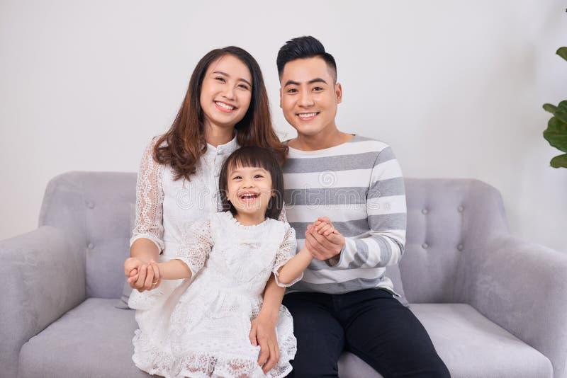 Портрет красивых молодых родителей и их милого маленького daught стоковая фотография rf