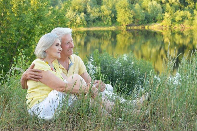 Портрет красивых старших пар в парке стоковое изображение rf