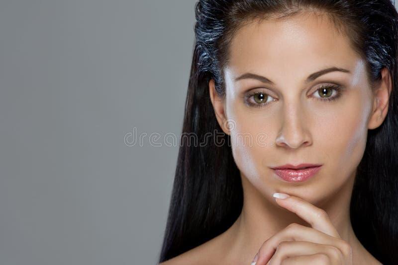 Портрет красотки заботливой девушки стоковые фото
