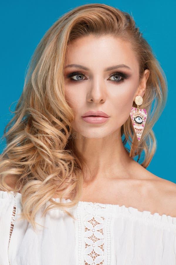 Портрет красоты белокурой дамы стоковое изображение