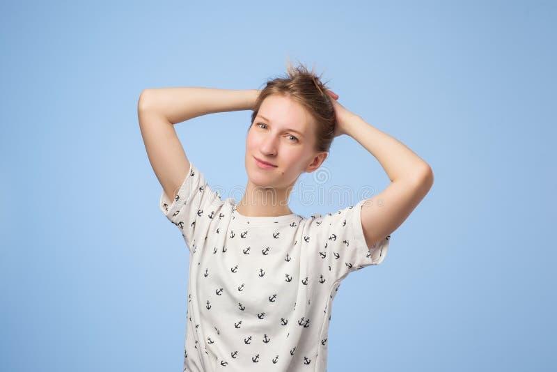 Портрет красоты европейской милой женщины держа ее волосы и усмехаясь на камере стоковое фото rf