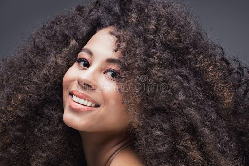 Портрет красоты девушки с афро стоковая фотография