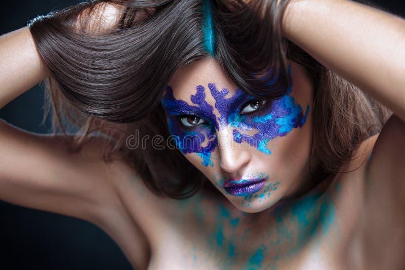Портрет красоты девушки с испытанием Rorschach по ее сторона стоковые фотографии rf