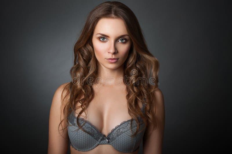 Портрет красоты женщина в бюстгальтере стоковое изображение rf