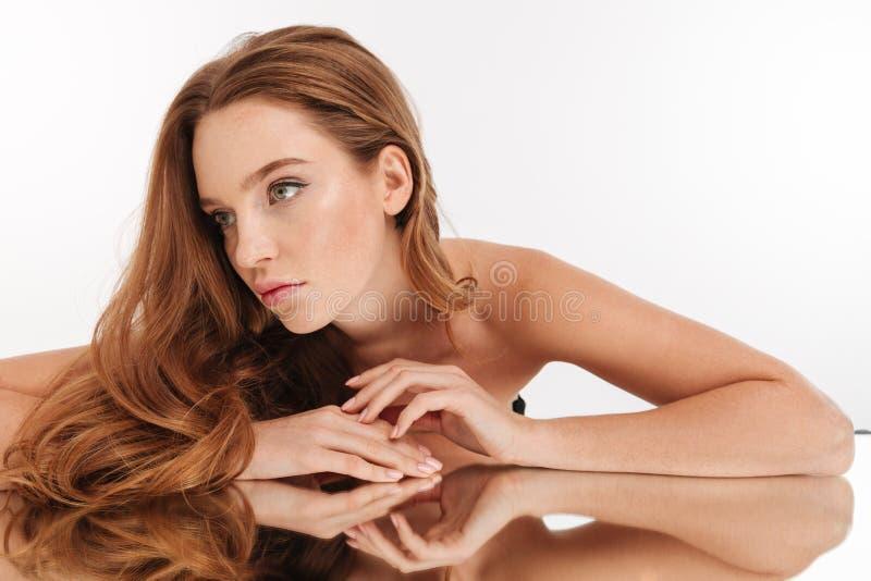Портрет красоты женщины имбиря тайны с длинными волосами стоковые изображения rf