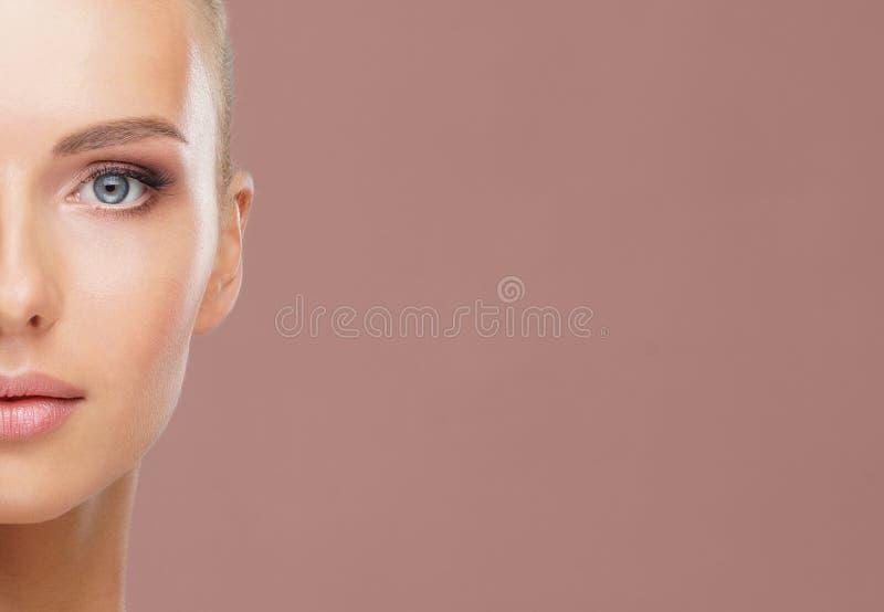 Портрет красоты здоровой и привлекательной женщины Человеческое лицо в концепции спа, заботе кожи, косметиках, макияже стоковая фотография rf
