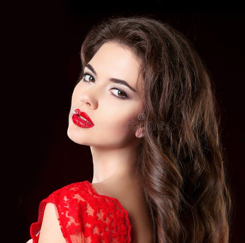 Портрет красоты красивой женщины брюнет с красными губами и cu стоковое изображение