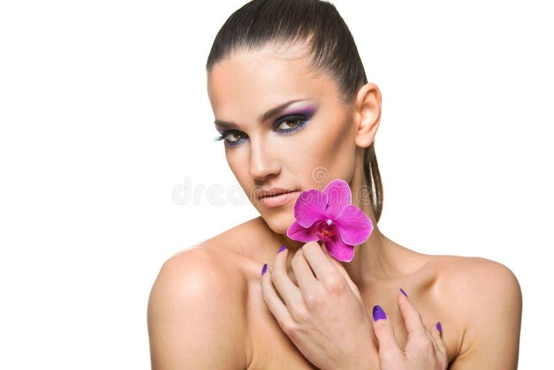 Портрет красоты красивой женщины с цветком стоковые изображения