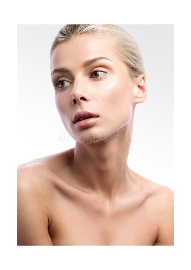 Портрет красоты красивой молодой женщины на свете - серой предпосылке стоковое фото rf