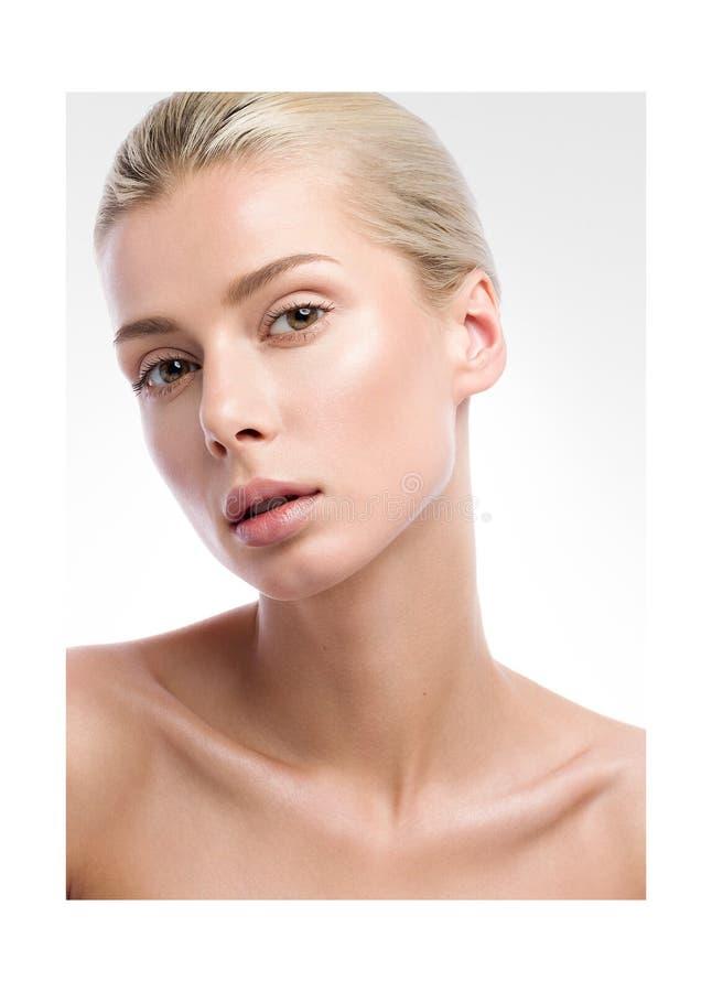 Портрет красоты красивой молодой женщины на свете - серой предпосылке Обнажённый состав стоковые изображения