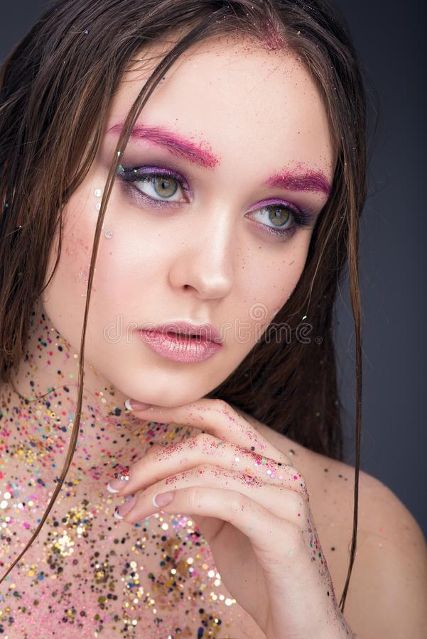 Портрет красоты красивой молодой женщины с влажными волосами Яркий профессиональный состав стоковая фотография rf